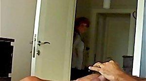 Mama ve el video porno de su hija, Mom Fascinated By Daughters Sextape